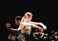 Dansare och musiker på scen.