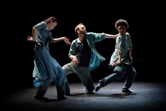 Tre av dansarna i Skånes Dansteaters föreställning Nayrab.