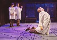Tre dansare på scen.