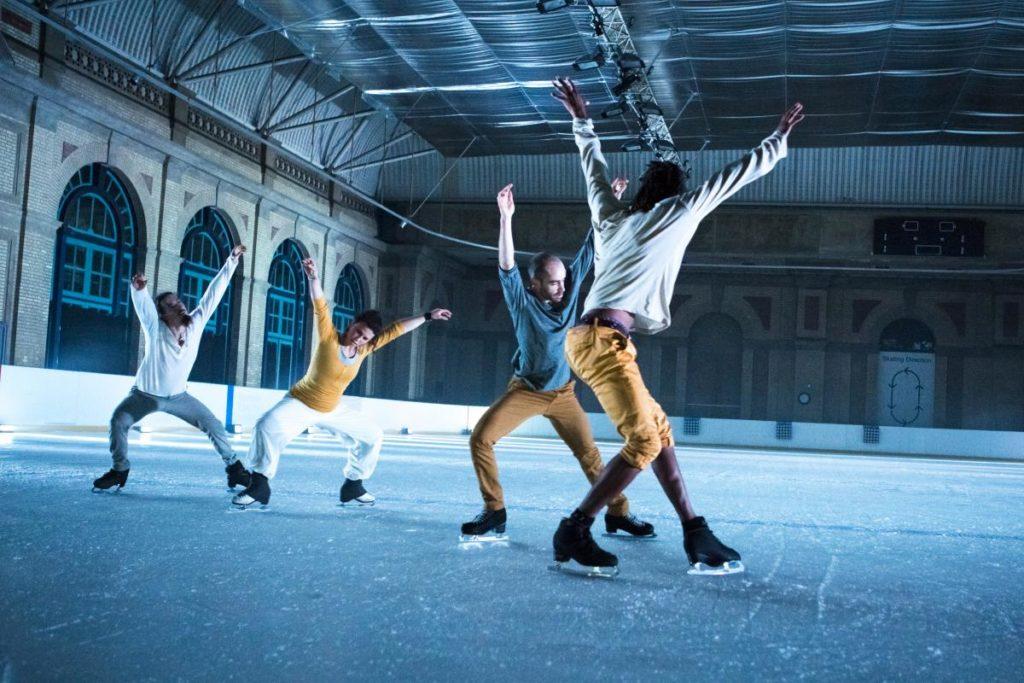 Fyra skridskoåkare på is.