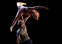Två akrobatiska dansare.