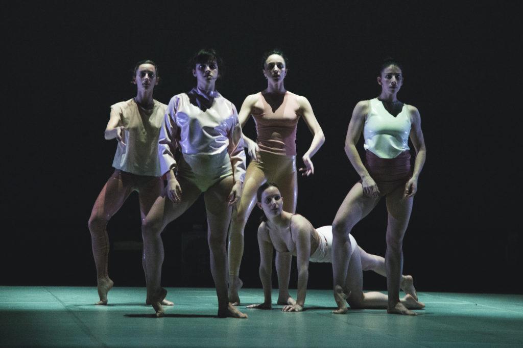 Fem kvinnliga dansare poserar.