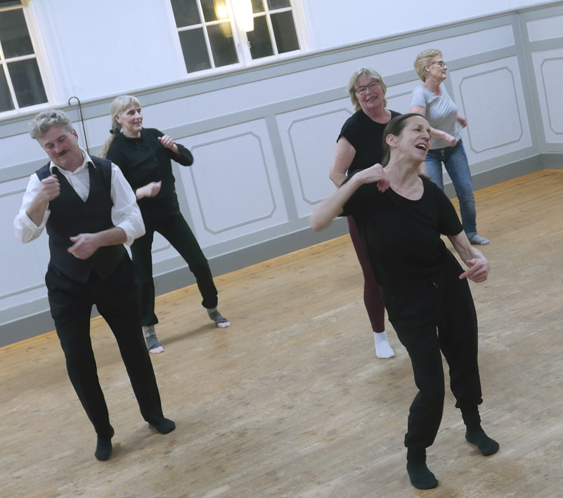 Glada dansare i olika åldrar.