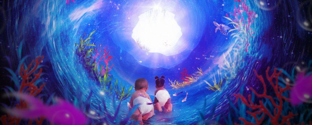 Två bebisar kryper i ett färgglatt fantasilandskap.