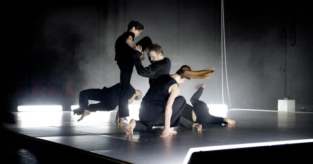 Fem dansare på scen.